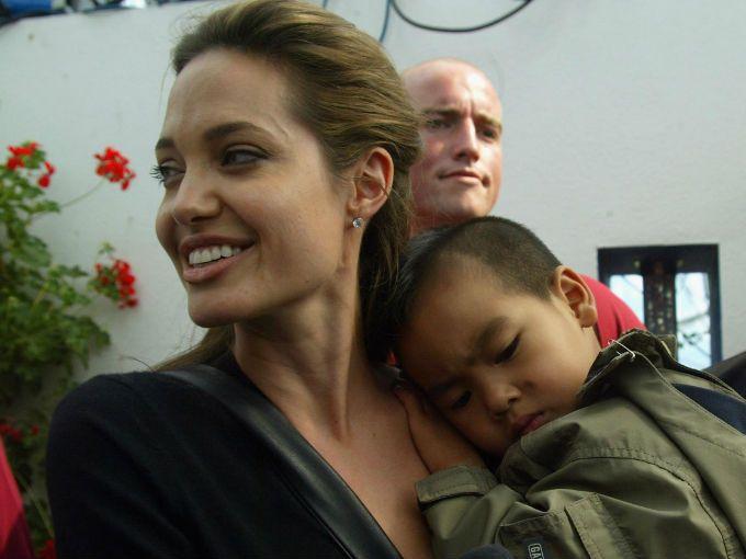 El hijo mayor de Angelina Jolie y Brad Pitt, de 10 años de edad, debutará en la pantalla grande en 2013, en un proyecto de la casa productora de su padre, ...