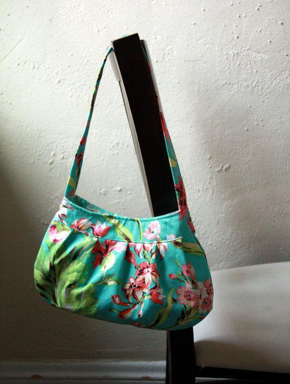 Cette bourse est la version de la petite taille des Made par modèle de sac de Buttercup de Rae. Elle est faite avec les tissus de la collection « Love » de Amy Butler. Lextérieur est un imprimé floral turquoise, vert, rose et crème et la garniture intérieure est pois crème et bleu sarcelle. Le sac est entièrement doublé et est une interface pour la forme et la durabilité. Il y a une fermeture magnétique et la poche dun feuillet intérieur.  Mesures approximatives : 11 de large à sa partie la…
