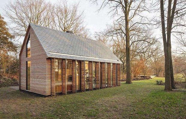 On a reçu il y a quelques jours son dernier projet d'habitation individuelle, intitulé Recreation House. Située dans une zone rurale au nord d'Utrecht, cette maison est le fruit d'une collaboration entre les architectes et le designer d'intérieur Roel van Norel. La maison est construite en bois et sa façade vitrée s'ouvre sur le jardin verdoyant grâce à une série de persiennes. Zecc a conçu le concept de base de la maison puis Roel van Norel a élaboré le plan dans les moindres détails.