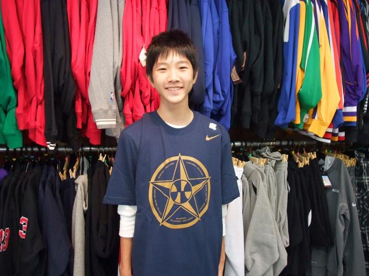 【新宿2号店】 2012年10月19日  学校が秋休みで埼玉からご来店下さった  モリナガ君    本日ゲットしたTシャツを着てパシャ  明日からまたバスケの練習頑張ってくださいね