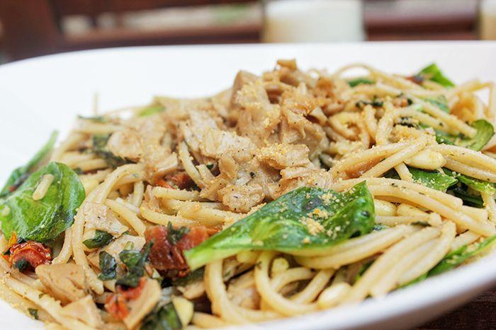 Maak nu de simpelse en snelle spaghetti met de heerlijkste smaken! Verse basilicum, pijnboompitten, zongedroogde tomaten en mals gebakken kipstuckjes.