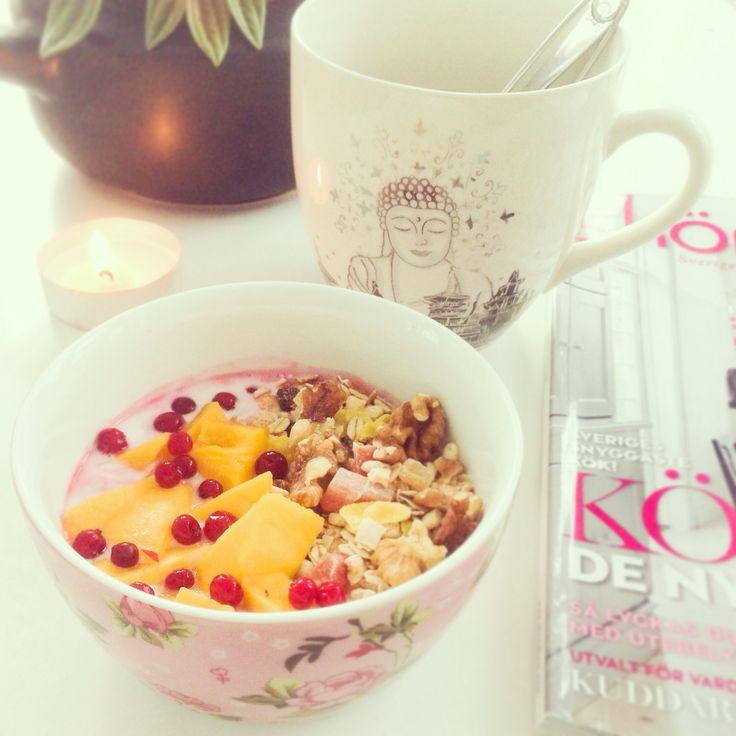 Proteinyoghurt, müsli, mango och lingon.
