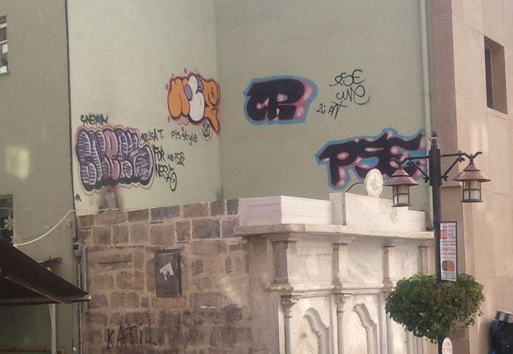 Çeşmenin arka fonundaki graffitiler