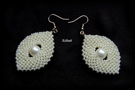 White Pearl Seed Bead Earrings Statement Beadwork por Szikati