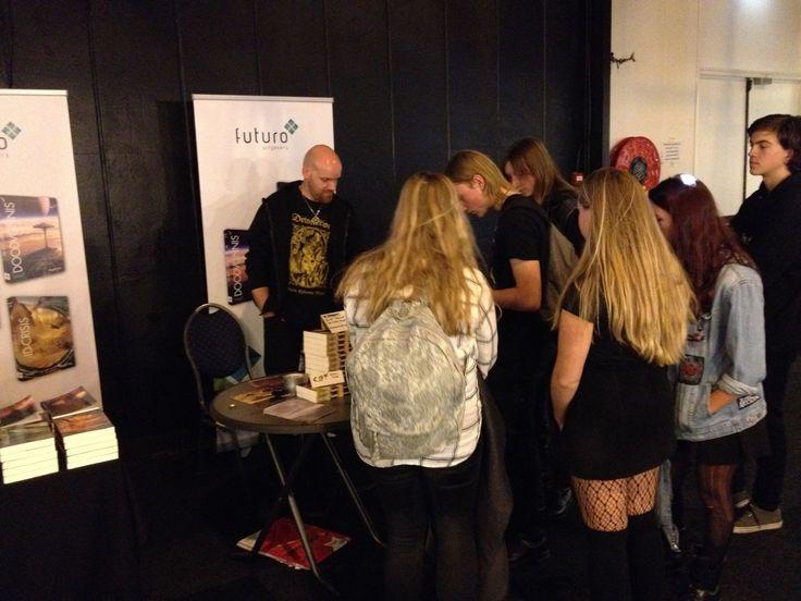 Na het optreden van de band Heidevolk tijdens de Gothic & Fantasy beurs in Rijswijk was de meet&greet op de stand van Futuro Uitgevers. Daarmee was het voor Koen Romeijn extra druk voor zijn boek 'De Strop Ploeg'. #destropploeg #koenromeijn #heidevolk #scifi #thriller #gothicbeurs #futurouitgevers