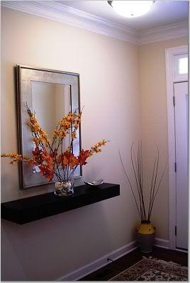 Repisa flotante con un espejo en el recibidor