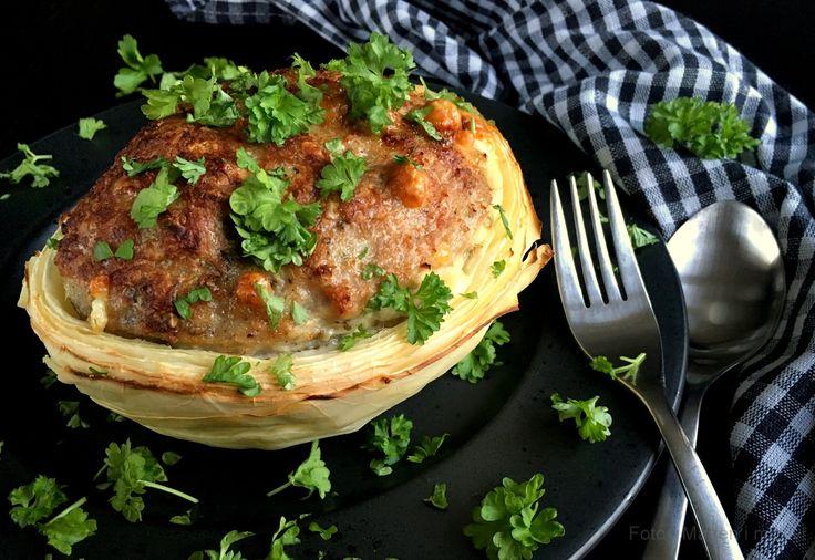 Super lækker opskrift på fyldt hvidkål - god gammeldags vintermad, som kan serveres i løbet af både efterår og vinter, når kålen er god og billig.