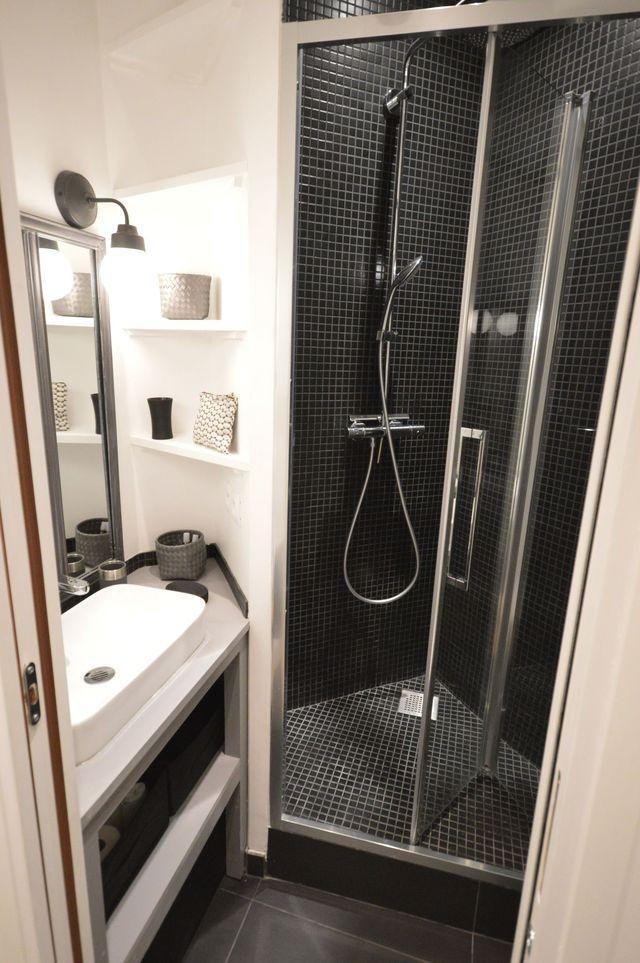 Exploiter les angles pour créer une mini douche dans une petite salle d'eau.