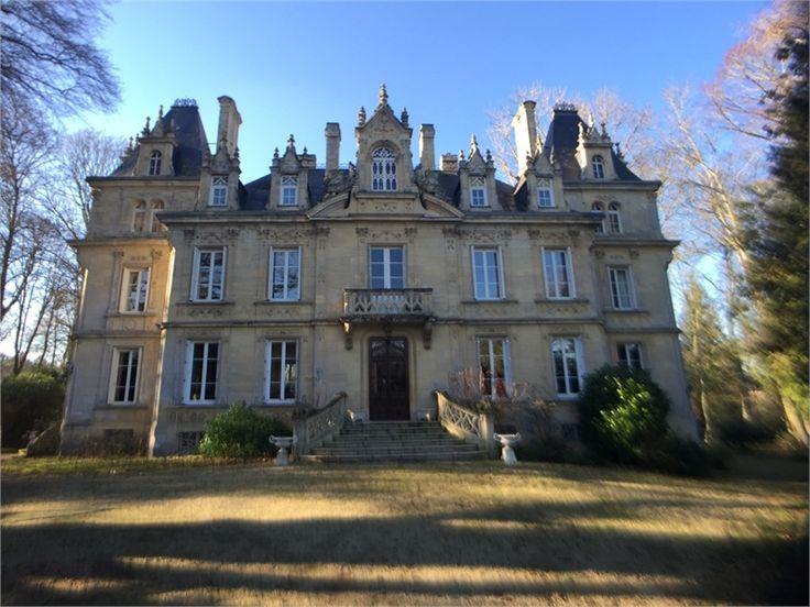 A vendre à Caen château de 670 m², 12 pièces, 10 chambres chez Capifrance.  Datant du 19e siècle tombez sous le charme de cette demeure philosophale dans un cadre atypique et idyllique.  Plus d'infos > Sandrine Briens, conseillère immobilier Capifrance