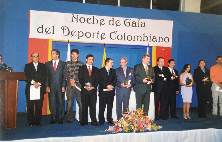 En la entrega del mejor deportista del año 2001 por ascenso al Everest del primer equipo colombiano