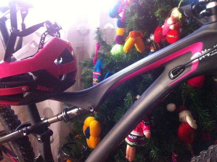 Feliz ... Casco y bici ... A juego !