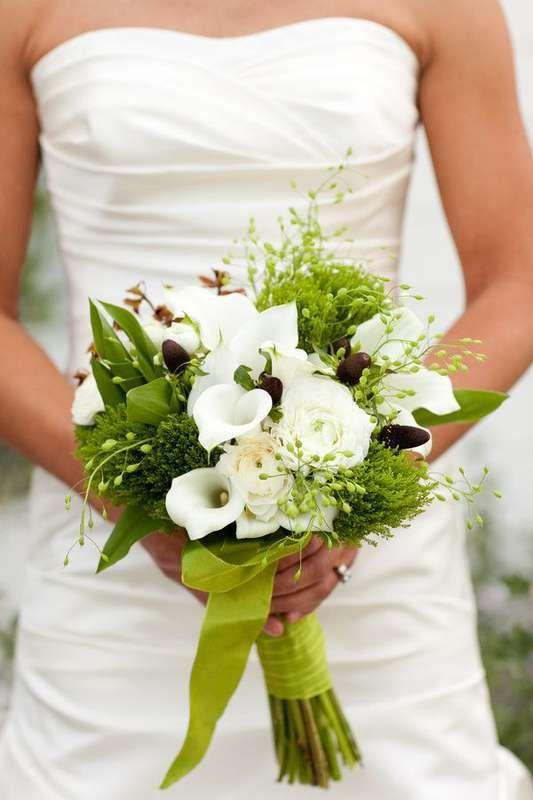Букет невесты из белых роз и калл, зеленых диантус гренни и зелени, декорированный салатовой лентой  - фото 3184473 Единый Свадебный Центр - организация свадьбы