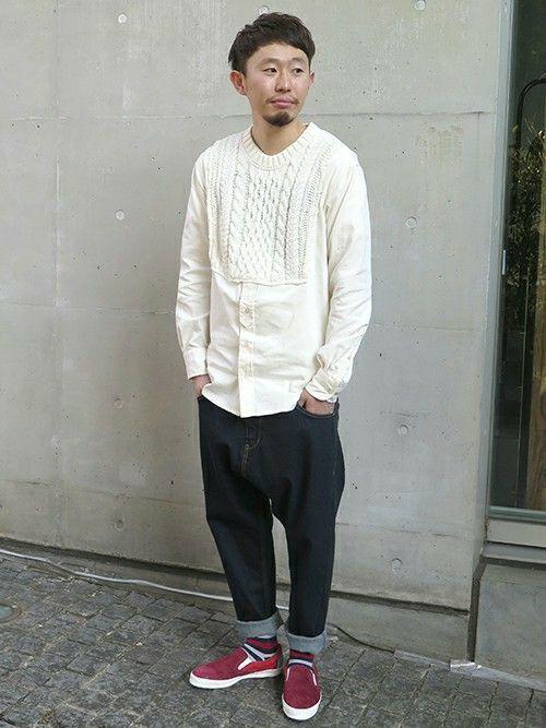 ケーブル編みのコットンニットとシャツをドッキングさせたデザインシャツにテーパード型のサルエルデニムを