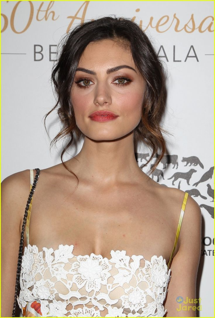 Phoebe Tonkin - natural red stained lip with dramatic eyeshadow. Perfect way to make the rosy look more exciting for nighttime. Ideal for BBQs and girls night out #BeautyCocktail