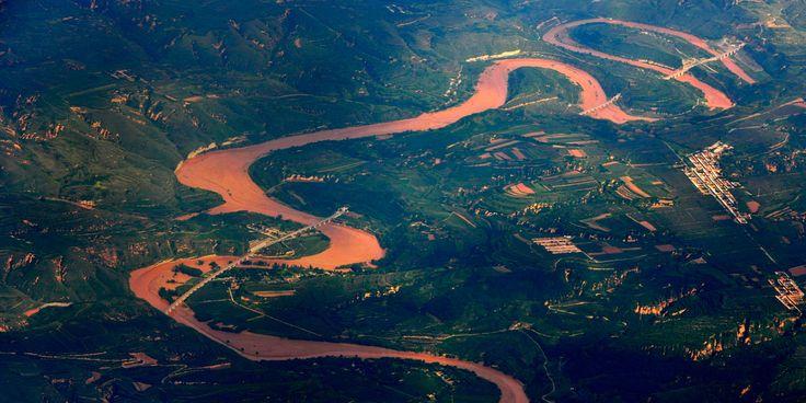 El río Amarillo (黄河 Huáng Hé), que mide unos 5.464 kilómetros de largo y ocupa una superficie de unos 795.000 kilómetros cuadrados, es el segundo río más grande de China y el quinto del mundo. El #Huanghe nace en la vertiente norte de la montaña #Bayankala (巴颜喀拉山) en la meseta Qinghai-Tíbet. El río transcurre por la provincia de #Qinghai y otras ocho provincias y regiones hasta desembocar en el mar de Bohai por Kenli, en la provincia de #Shandong. http://confuciomag.com/huanghe-rio-amarillo