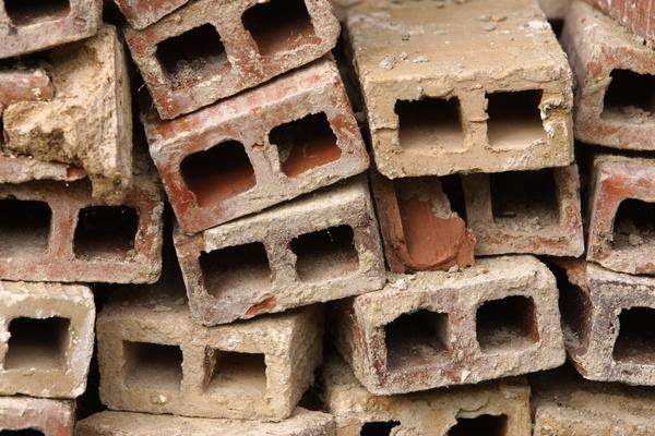 Landscaping Uses for Broken Bricks: Compost Bins, Gardens Ideas, Gardens Boxes, At Home, Brick Home, Concrete Blocks, Cinder Blocks Wall, How To, Cheap Gardens