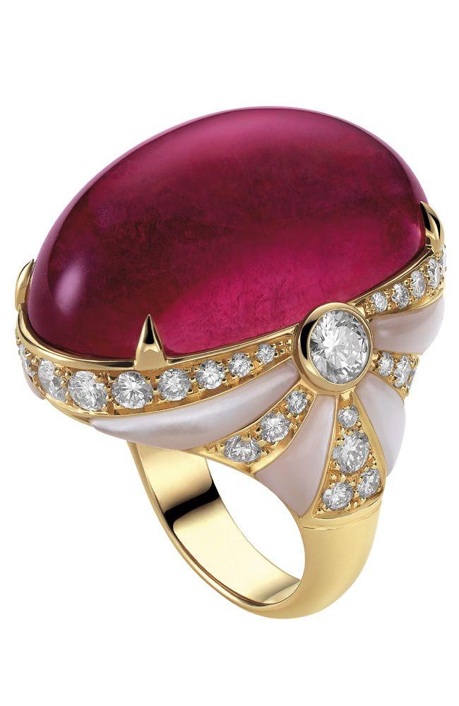 Bulgari,oro rosa con una turmalina rosada talla cabujón, piezas de nácar, dos diamantes talla brillante y pavé de diamantes.