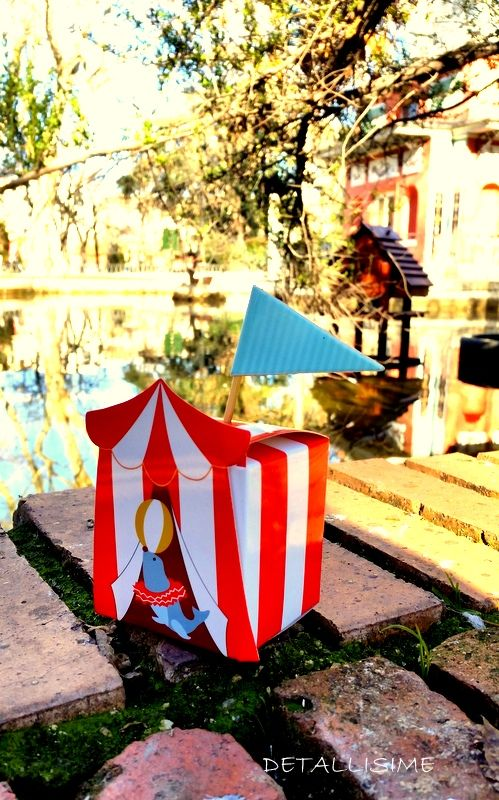 Cajitas de rayas rojas y blancas (circus)..banderita incluida...ideal para rellenar como detalle para los peques de una fiesta o celebración.. Medidas: 5.8*5.8*6.8cm pedidos y catálogo: detallisime@yahoo.es