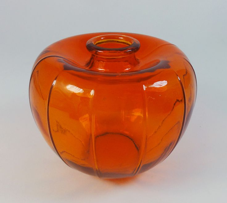 Leerdam, A.D. Copier Liberation vase, 1945. One of the vases from the 'orange'-series