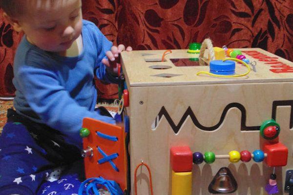 Você já ouviu falar nas caixas montessorianas? Elas nada mais são do que brinquedos preparados especialmente para a exploração dos pequeninos,através de f