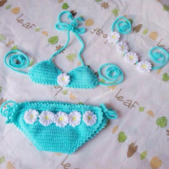 Dies ziemlich crochet Bikini & Stirnband Beach Baby hergestellt aus 100 % Baumwollgarn eignet sich perfekt für Frühling & Sommer. Ideal als Baby-Dusche oder neue Baby-Geschenk.  BITTE BEACHTEN SIE, DASS DIES GEMACHT WIRD, MIT EINER WINDEL GETRAGEN WERDEN. Er ist hier ohne, aber es wurde entwickelt für eine Windel. Die Hosen haben ein verstellbarer Kordelzug in der Taille und Krawatte Seiten Größenbereich und eine Windel und anzupassen. Die Größen sind alle Schätzungen und basierend au...