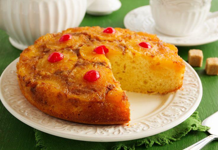 Pan hecho a base de jugo de piña con cobertura de rebanadas de piña y cereza. Excelente receta y excelente presentación.