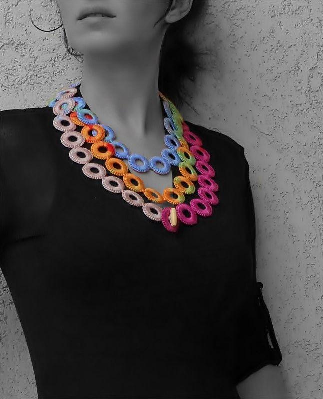 színes, karikákra horgolt hosszú nyaklánc / colorful, long crochet necklace with hoops