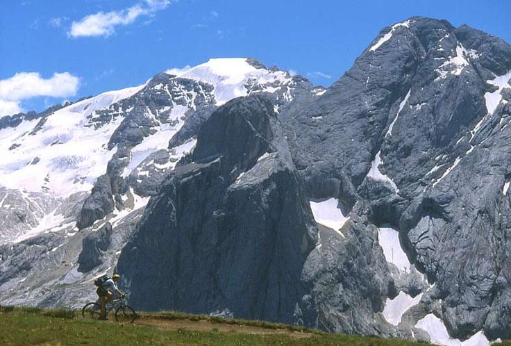 La vetta più alta delle Dolomiti, la Marmolada, innevata anche in estate