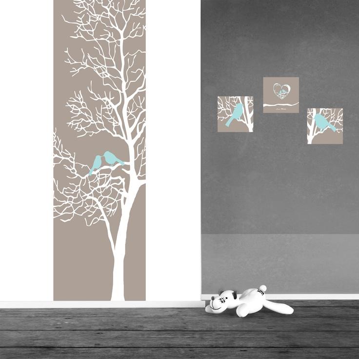 Wat een lieve vogeltjes zitten er in de boom op dit muursticker paneel en op de bijpassende muursticker schilderijtjes. De zachte kleuren zorgen voor een rustpunt in de kamer.