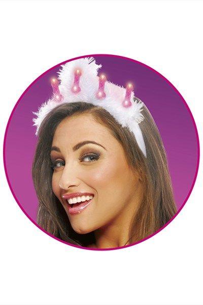 Lichtgevende piemel tiara | Willie.nl Deze zachte tiara heeft vijf roze piemels die licht geven. De piemels flikkeren tegelijkertijd in een regelmatig ritme. De tiara is rondom de piemels afgewerkt met wit dons voor een extra mooie look.