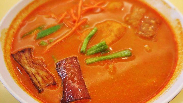 Vegan Laksa / Веган ЛаксаЛакса он же острый суп из лапши очень распространен в Малайзии нам удалось попробовать веганскую версию этого супа который привел нас в восторг: пряный сбалансированный вкус без выделяющихся оттенков что особенно примечательно после жизни в Таиланде. :) Помимо острого бульона и лапши в составе кусочки баклажанов гриль нашинкованная морковь стручковая фасоль тофу и веганские рыбные шарики. Лакса на фото - из сети вегетарианского кафе Simple Life в Куала-Лумпуре порция…