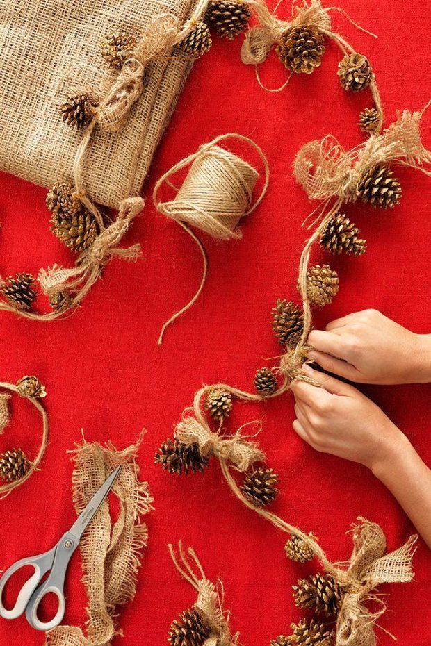 Łańcuch z szyszek - do jego wykonania potrzebny będzie sznurek i ewentualnie paski płótna, z których można wykonać kokardki. Gotowy łańcuch można zawiesić nad kominkiem lub wokół drzwi.