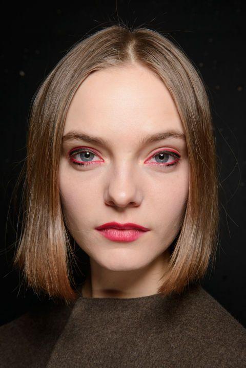 """El ambiente: """"Extraño, chico de club, geisha.""""  Inspirado por Japón y los años 80, Thomas de Kluyver, el artista de maquillaje principal, le dio a los modelos ojos de cereza y labios con el mismo lápiz.  El kit: Lápiz MAC Lápiz en Cherry, Lápiz Ojos Pro Longwear en Negro Definitivamente"""