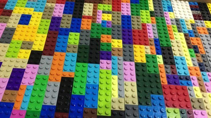 Bandeja feita de Lego  Imagina servir o café da manhã em uma bandeja feita de LEGO. Ou no aniversário do pequeno ter uma bandeja com docinhos no centro da mesa ou na decoração do quartinho colocar essa bandeja com o KIt de higiene.Viu quantas opções uma bandeja dessa pode ter!!!  Uma peça que não é difícil de fazer e fica um verdadeiro charme!!!!