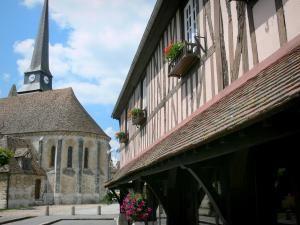 Harcourt - Église Saint-Ouen, et vieille halle à pans de bois abritant la mairie