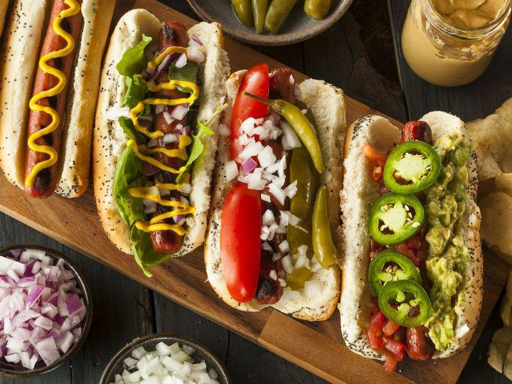 Conocidos también como perritos calientes, los hot dogs son uno de los alimentos más populares en E. U. Son tan fáciles de preparar que, se pueden encontrar en cualquier puesto callejero y en restaurantes de comida rápida.Su origen se remonta a finales del siglo XIX, cuando los primeros migrantes alemanes llegaron a país vecino. Trajeronconsigo no solo sus tradicionales salchichas tipo Frankfurt, sino a los dachshund, unos pequeños perros con cuerpo alargado.