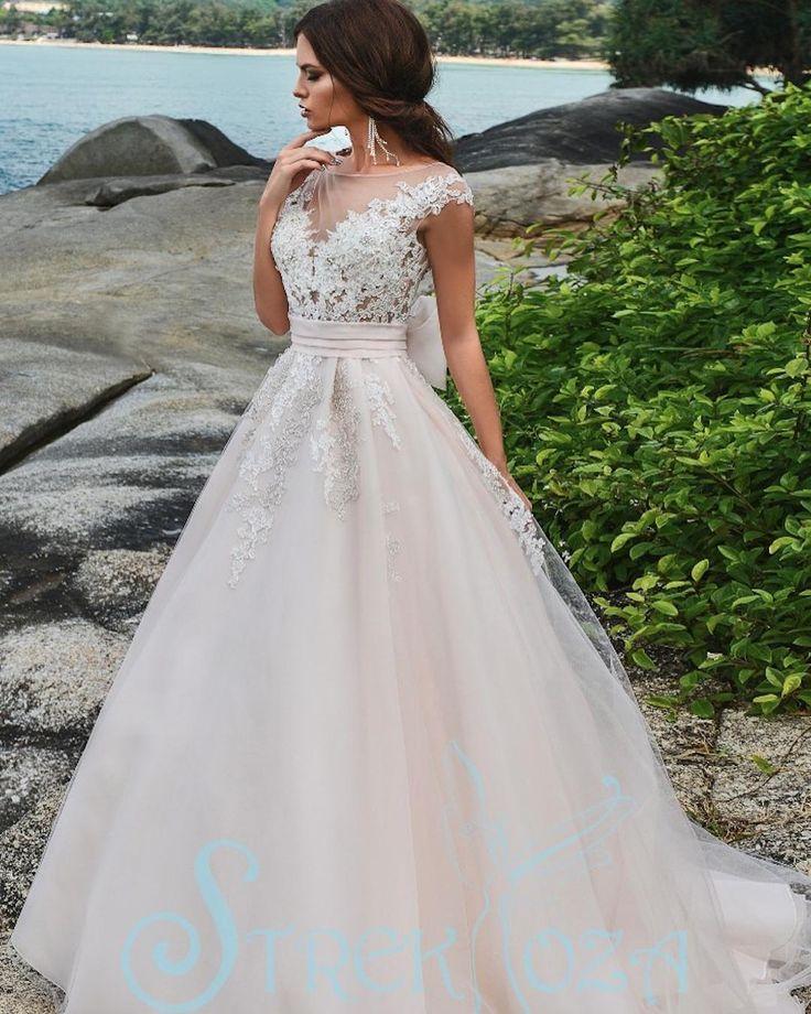 ПЛАТЬЕ ДНЯ Свадебное платье Милора из коллекции #Magic #Ocean от #Strekkoza. Пышная #юбка со #шлейф'ом кружевной #декор и воздушный #бант сзади. Дорожка жемчужных пуговиц на расшитом кружевом #корсет'е. Доступно в молочном и в персиковом цветах в свадебном салоне Aleda @salon_aleda  #bridemagru #невеста #мода #стиль #платье #свадьба #скоросвадьба #платьедня #свадебноеплатье #wedding #bride #dress #weddingdress #weddinggown #style #look #luxury #weddingfashion #weddingtrends #wedding #trends