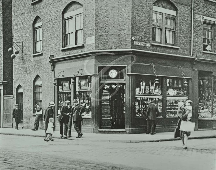 284-286 Poplar High Street: corner of Poplar High Street and Prestons Road, 1925