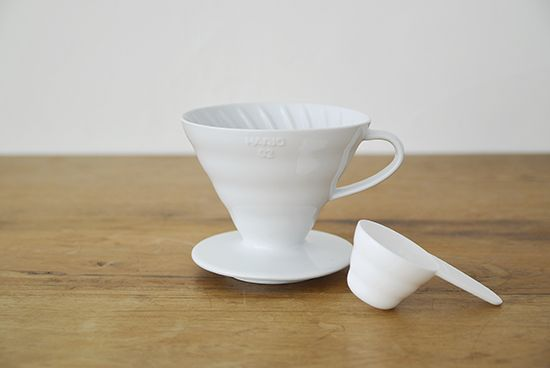 バリスタも愛用する本格コーヒー道具。コーヒー好きの方にぜひおすすめしたい「HARIO」のコーヒー道具が新登場です!海外のカフェでよく見かけるハリオは、実は日本の老舗耐熱ガラスメーカーの製品。おいしいコーヒーが楽しめるハリオは、プロのバリスタにも使われていますよ。使う姿やキッチンに並ぶ佇まいがお洒落なのも、プロに愛される理由の一つかもしれませんね。おいしい1杯のためのカタチ。こちらのドリッパーは、内側のラインがぐるりと螺旋状になって、注ぐお湯が渦状に流れてくれます。コーヒー粉が下部くるほどぎゅっと密になる円