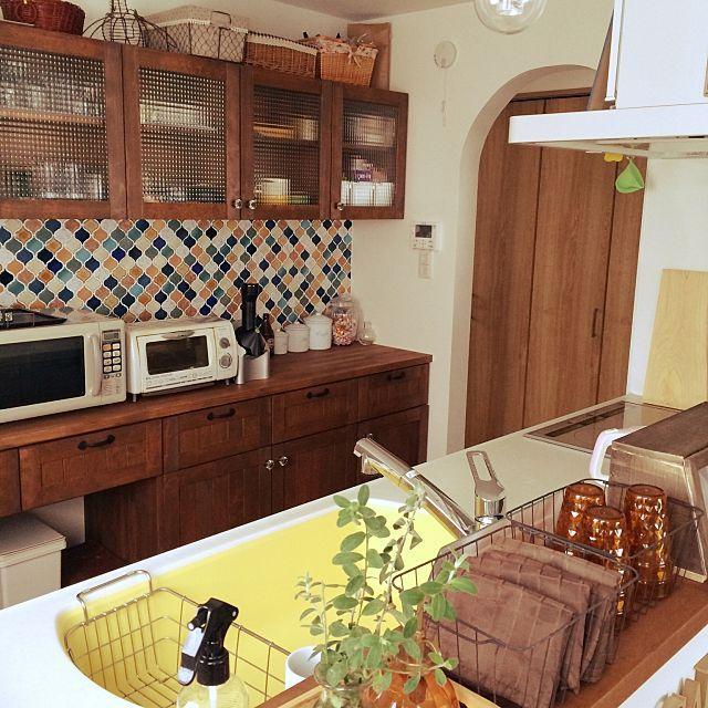 女性で、4LDKのアイアンとっての家具/カフェ風/セリア/造作家具/トクラスキッチン/かご収納…などについてのインテリア実例を紹介。「大掃除開始!!いうてもまだ住み始めて半年。そんなに…とあまくみてた๛ก(ー̀ωー́ก)とりあえずキッチン掃除終了。引っ越しでとりあえずつめこんだ食器棚をようやく使いやすく整理できた!!さーて少しづつ大掃除頑張るぞー!!」(この写真は 2015-12-11 18:31:02 に共有されました)