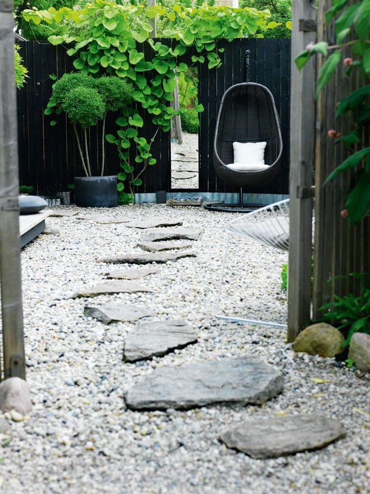 Sjösten, stengång, sten, grus, träd, svart fasad, modern trädgård