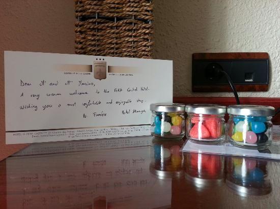 Messaggio di benvenuto in stanza con caramelline