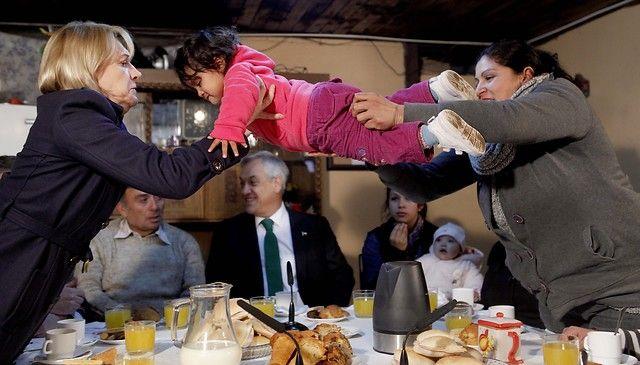 05 de Julio de 2012/SANTIAGO_.  El Presidente de la Republica, Sebastián Piñera, acompañado por la Ministra del Trabajo, Evelyn Matthei (izquierda), comparte un desayuno con una de las familias favorecidas con el Bono Solidario de Alimentos, y anuncian el comienzo de la entrega general del beneficio.  FOTO: PEDRO CERDA/AGENCIAUNO