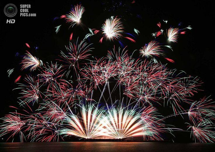 Филиппины. Пасай, Манила. 8 марта. Фейерверки Vulcan Europe из Германии на 5-м Филиппинском международном пиромузыкальном конкурсе. (AP Photo/Bullit Marquez)