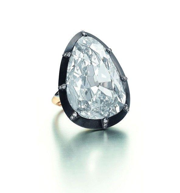 Этот драгоценный камень является одним из самых дорогих, когда-либо проданных на аукционе. Кольцо знаменито бриллиантом в форме груши, добытом на известных шахтах Голконды. Выставлен был на аукцион по  цене $ 6,5 млн