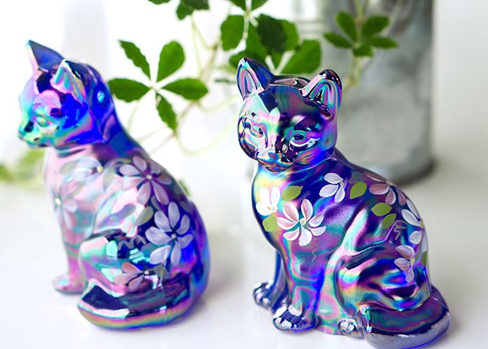 フェントン/Fenton カーニバルガラス コバルト キャット(ネコ) フィギュア  作風はカーニバルガラス、オパールセントガラス、ミルクガラスなどを組み合わせ、 多種多様かつ独特なデザインは世界中で人気を博しています。
