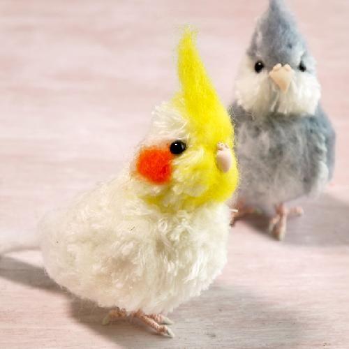なんともいえない愛らしさの小鳥モチーフ。今回は、毛糸を編む……のではなく、結んで切る!だけで作れちゃう、ふわふわ小鳥マスコットをご紹介します。編みぐるみはちょっと難しそう……という人でも、これならできちゃうかも♡