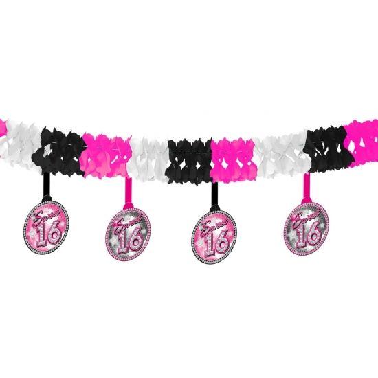 Leeftijd slinger Sweet 16. Op de hanger staat Sweet 16. De slinger heeft de kleuren roze, wit en zwart. Bijvoorbeeld te gebruiken voor een 16de verjaardag.