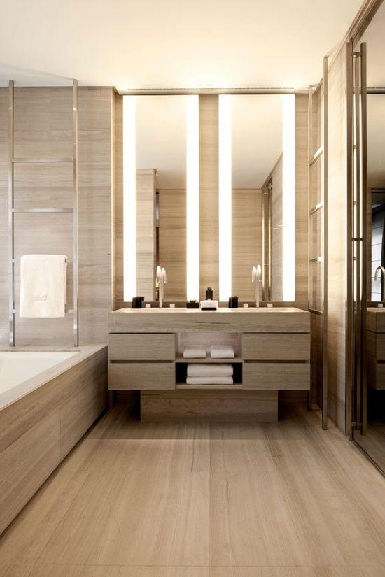 Hotel Armani bagno con specchio illuminazione laterale.