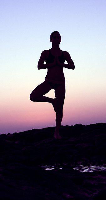 VRKSASANA  Vrksasana, of de Boom. Een asana die door de balans ervoor zorgt dat je jezelf grondt. Door de focus te leggen op de onderkant van je voet, geef je je gedachten rust en creeër je een wortel naar beneden.   Voel je je gehaast en all over the place? Een paar minuten vrksasana en je bent weer helemaal gefocussed.  En test eens ... met én zonder mulabanda. Je merkt het verschil.